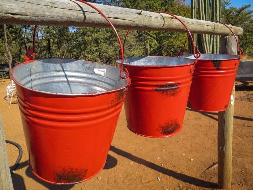 Recoge agua en cubos cuando vaya a llover