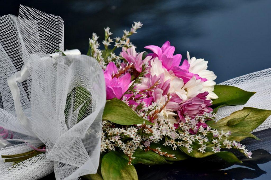 Coloca flores artificiales en tu fiesta de boda