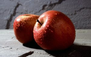 manzanas rojas con gotas de agua por encima