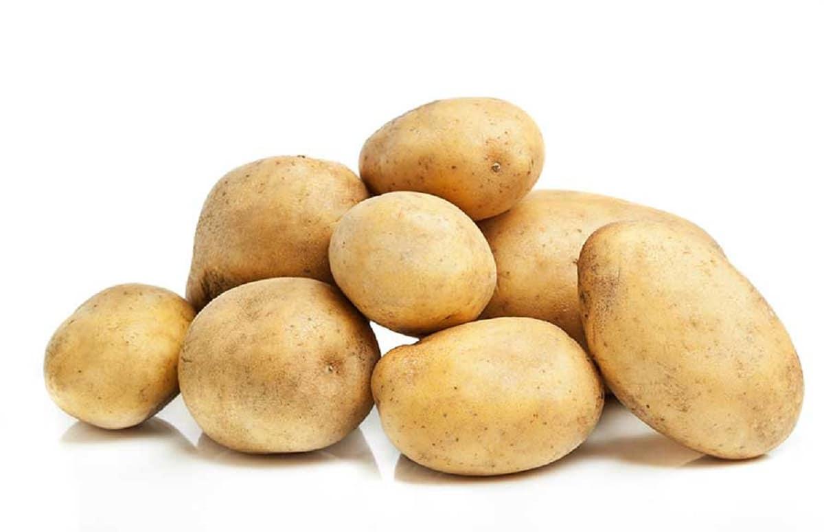 patatas de piel fina en fondo blanco