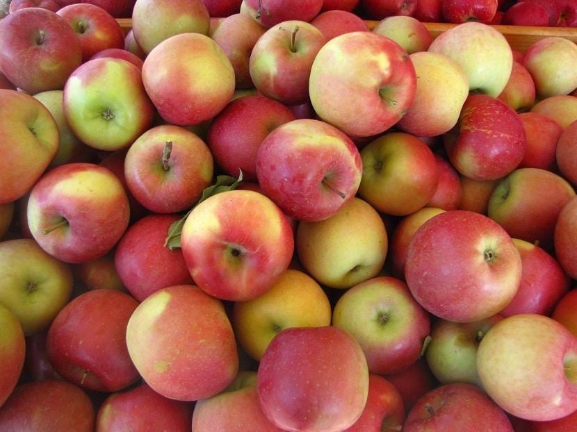 pequenas manzanas rojas encima de una mesa