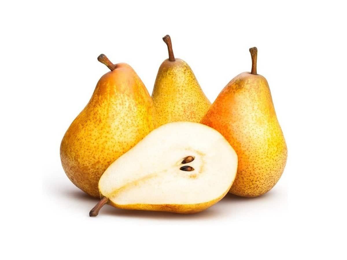 3 peras enteras junto a una pera partida por la mitad