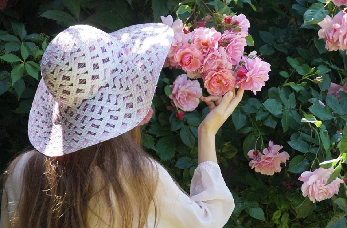 persona oliendo rosas