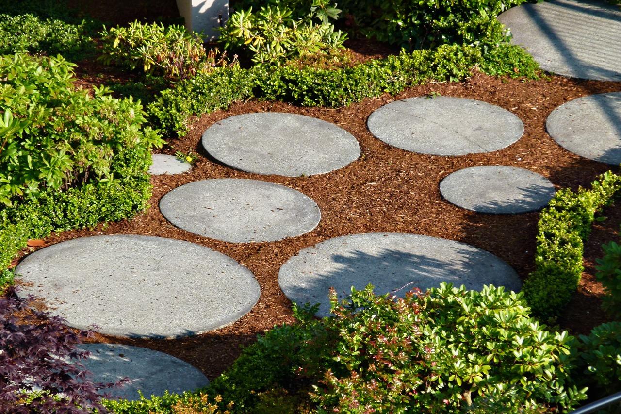 Camino con piedras, idea magnífica para jardines en terrazas