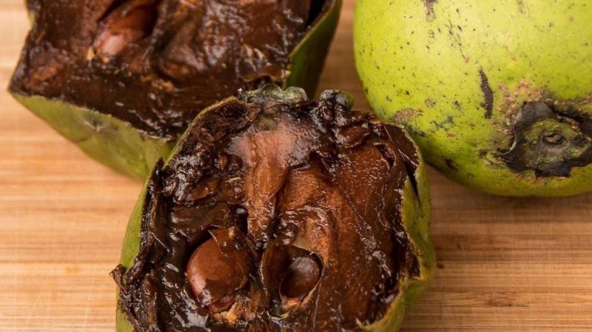 interior de una fruta llamada zapote negro