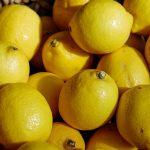 limons apilados en una mesa