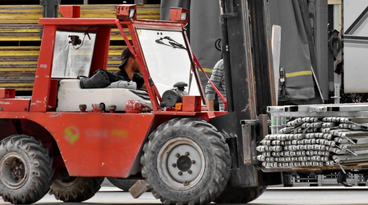 Las carretillas elevadoras se usan en construcción