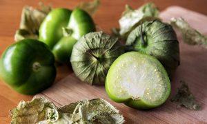 tomatillo o Physalis philadelphica abierto por la mitad