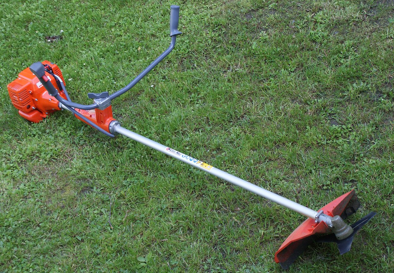 La desbrozadora es una herramienta de jardínería muy útil
