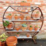 Pon una estantería en tu jardín de macetas