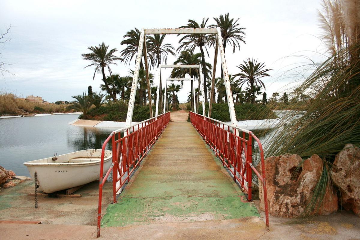 El lago del Botanicactus es navegable