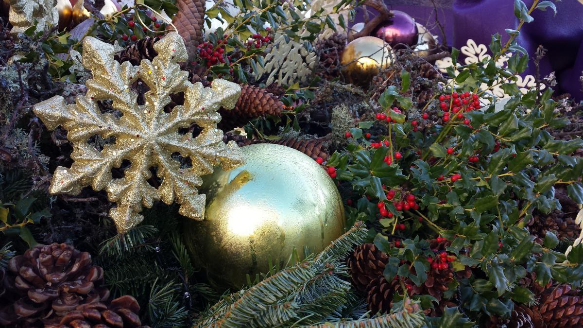 Las figuras navideñas quedan muy bien en un jardín