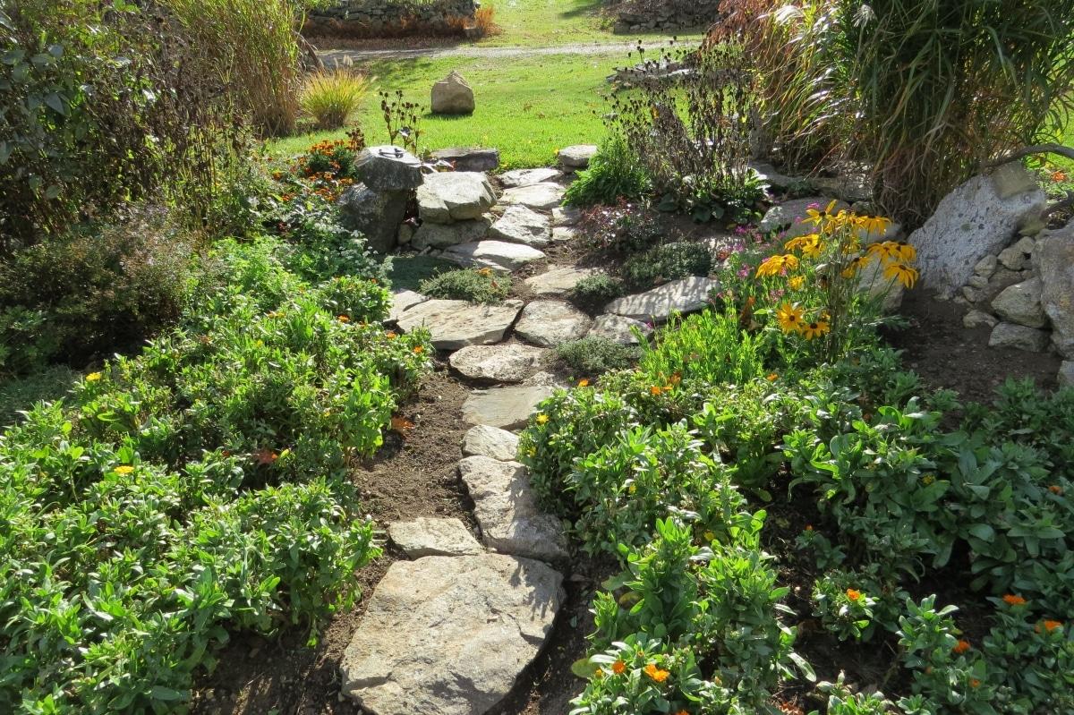 Puedes hacer bonitos caminos con piedras en el jardín