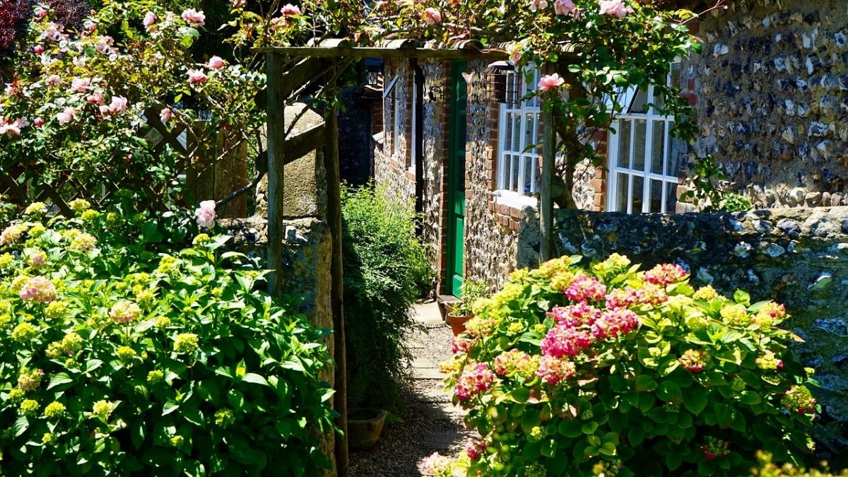 Un camino estrecho para un jardín pequeño