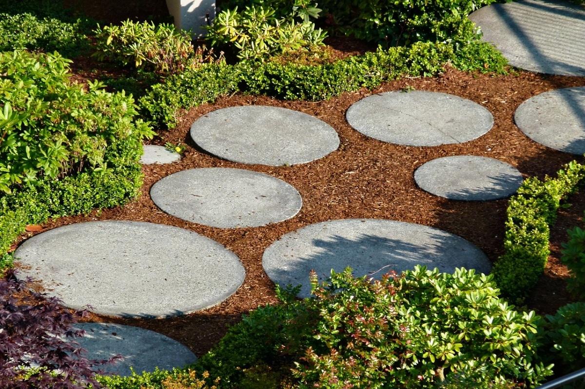 Camino con piedras redondas y grandes, para jardines mágicos