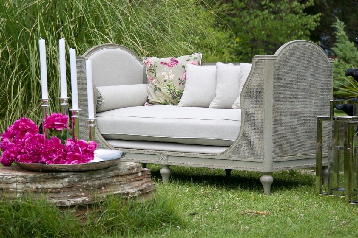 Un comedor de jardín puede tener un sofá o sillas