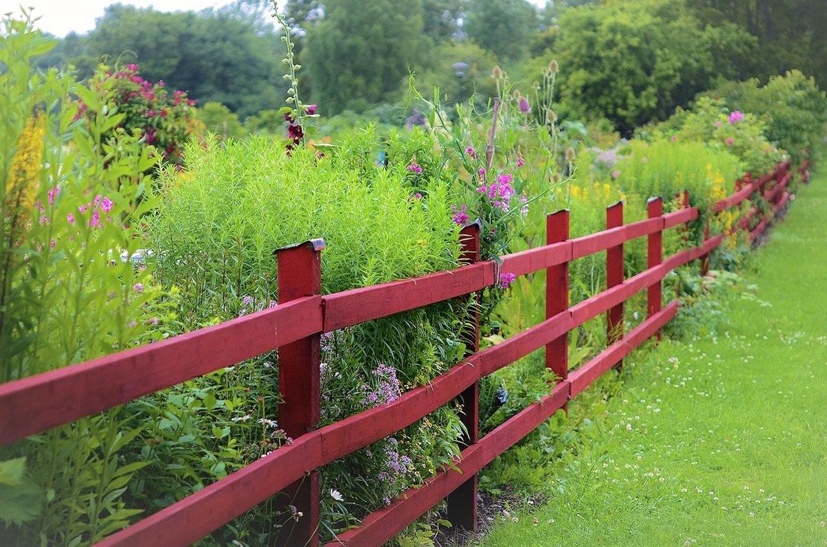Las vallas de jardín pueden ser de madera o de metal