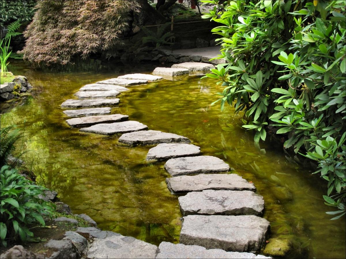 Los caminos no pueden faltar en un jardín japonés