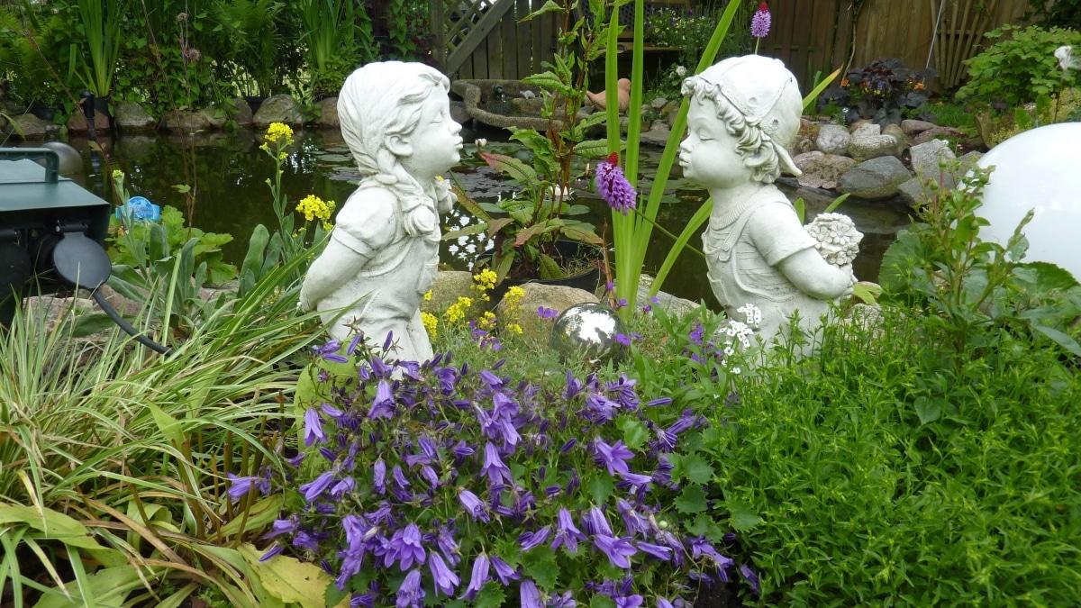 Las esculturas quedan muy bien en un jardín romántico