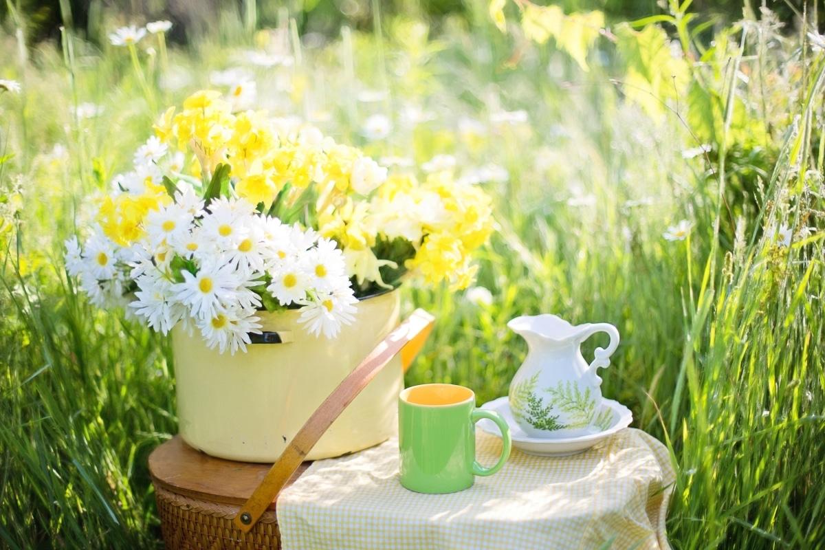 Las flores en una mesa de un jardín romántico quedan muy bien