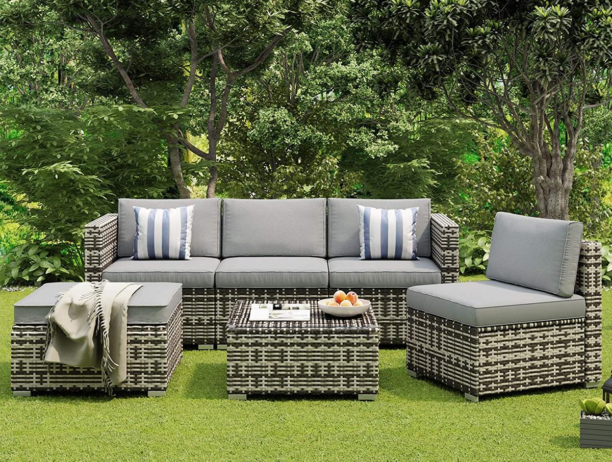 Los muebles de jardín suelen estar hechos de ratán o acero duradero