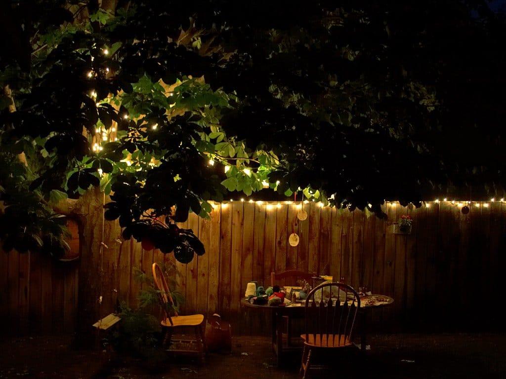 Es importante poner luces en un jardín romántico