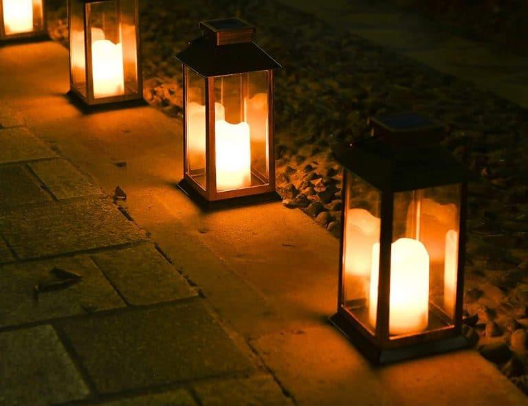 Las farolas de jardín crean un ambiente mágico por la noche