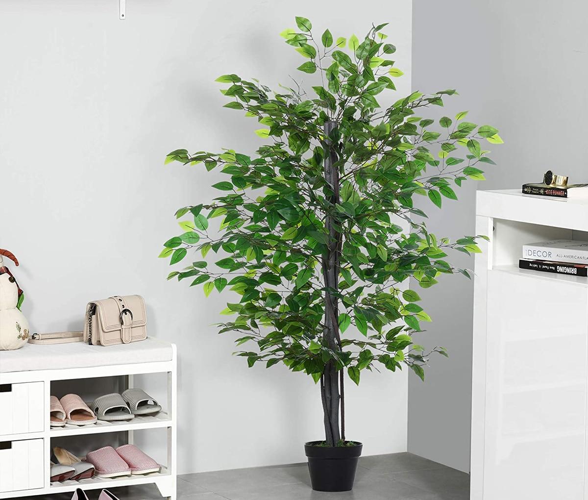 Las plantas artificiales grandes son una buena opción para decorar el hogar