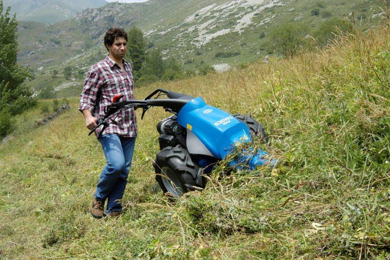 La motosegadora es útil para cortar la hierba alta