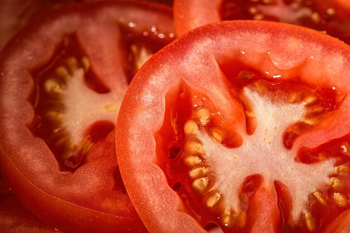 Para plantar tomates en maceta debemos cortar el tomate del supermercado en rodajas