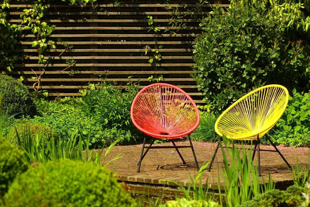 Escoge un mobiliario resistente al clima para tu jardín urbano