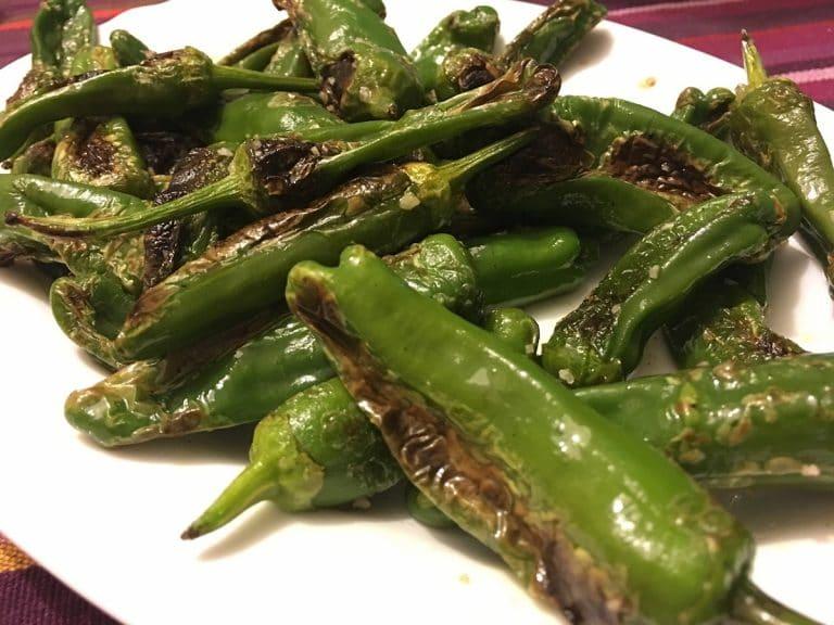 La forma más habitual de hacer pimientos de padrón es friéndolos en aceite de oliva.