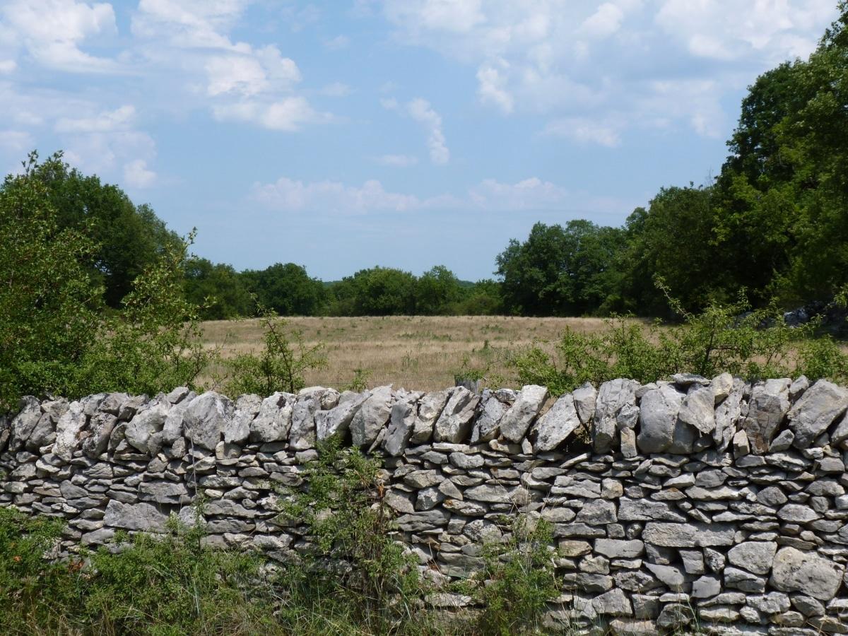 Los muros de piedra seca se construyen solo con piedras y agua