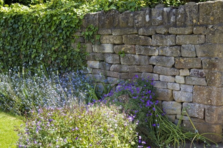 Los muros de piedra seca son un elemento decorativo muy resistente