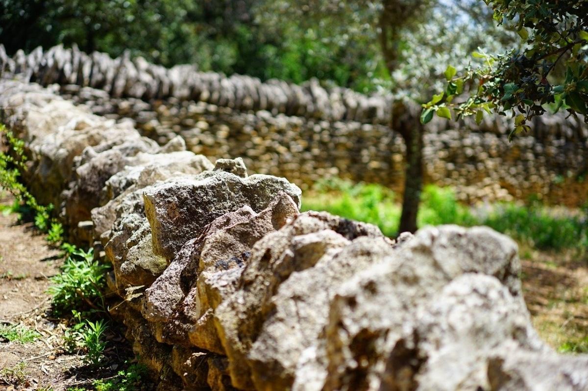 Los muros de piedra seca son ideales para separar zonas