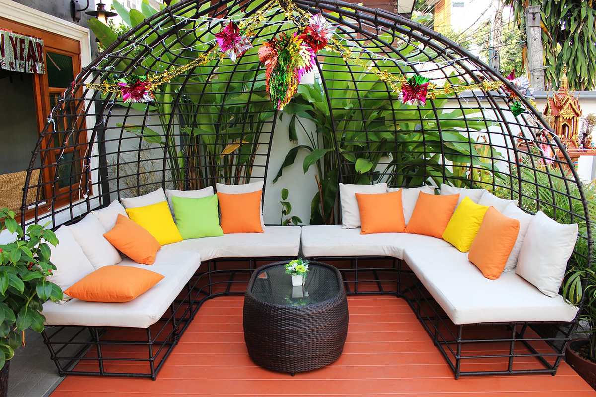 Los muebles son muy importantes para decorar un patio pequeño